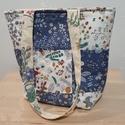 Kék, fehér, virágmintás, egyedi patchwork táska, Táska & Tok, Kézitáska & válltáska, Válltáska, Patchwork, foltvarrás, Varrás, Kék fehér virágmintás egyedi patchwork táska, amely pamutvászonból készült. A belseje hozzáillő vir..., Meska