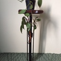 Kovácsoltvas virágtartó állvány, Dekoráció, Dísz, Kovácsoltvas, Famegmunkálás, Eladó a képen látható virágtartó állvány. Magassága 74 cm ,szélessége a tálcának 30 cm. A tálca dió..., Meska