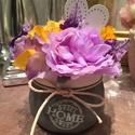 Tavasz  lila-sárga hangulatban, Otthon & lakás, Dekoráció, Dísz, Lakberendezés, Asztaldísz, Virágkötés, Kellemes lila és sárgaösszeállításban terveztem meg ezt a kis modern, szürke csuprot, élő hatású vi..., Meska
