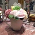Virágos fülesbögre szívecskés dekorációval I., Otthon & lakás, Dekoráció, Dísz, Lakberendezés, Virágkötés, Ezt a bájos és nőies élő hatású krém, pink és rózsaszín  árnyalatú kompozíciót az üde tavaszt várók..., Meska