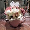 Virágos fülesbögre szívecskés dekorációval II., Otthon & lakás, Dekoráció, Dísz, Lakberendezés, Virágkötés, Ezt a bájos és nőies élő hatású krém, pink és rózsaszín  árnyalatú kompozíciót az üde tavaszt várók..., Meska