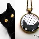 Cicás macskás nyaklánc pöttyös fekete fehér, Ékszer, Nyaklánc, Egy cuki cica kukkant be hozzád :) Színe fekete fehér pöttyös, a cica pedig feketeee.  Ajándékba, ci..., Meska