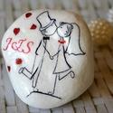 Ifjű pár esküvői ajándékkisérő díszkő, Esküvő, Esküvői dekoráció, Meghívó, ültetőkártya, köszönőajándék, Decoupage, transzfer és szalvétatechnika, Ifjú pár esküvői díszkő  köszönetajándéknak, névvel- ültetőnek egyaránt alkalmas stílusos időtálló ..., Meska