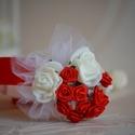Piros csuklódísz menyecskeruhához!, Esküvő, Esküvői ékszer, Hajdísz, ruhadísz, Ékszerkészítés, Virágkötés, Kis piros szatén rózsafejek és fehér habrózsák dísziték a tépőzárral szabályozható csuklódíszt. Kis..., Meska