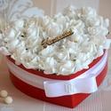 Szív Szülőköszöntő virágbox, Esküvő, Dekoráció, Esküvői csokor, Esküvői dekoráció, Virágkötés, Szív formályú virágbox, több szál hófehér élethű habrózsából készűlt, gyöngy díszitéssel, szatén sz..., Meska