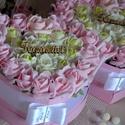 2 db Szülőköszöntő Virágbox garnitúra, Esküvő, Esküvői csokor, Esküvői dekoráció, Meghívó, ültetőkártya, köszönőajándék, Virágkötés, Gyönyörűséges Szív formályú virágbox, több szál vegyes pasztel színű élethű habrózsából készűlt, gy..., Meska