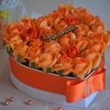 Szív Virágbox, Dekoráció, Esküvő, Esküvői csokor, Meghívó, ültetőkártya, köszönőajándék, Virágkötés, Gyönyörűséges Szív formályú virágbox, több szál narancs színű élethű habrózsából készűlt, gyöngy dí..., Meska