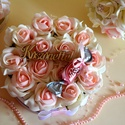 Köszönettel virágbox, Esküvő, Otthon, lakberendezés, Esküvői csokor, Meghívó, ültetőkártya, köszönőajándék, A romantikus kerek virágboxot, élethű,örök  fehér és babarózsaszín habrózsákkal raktam körbe. A virá..., Meska