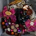 Csili-vili adventi kopogtató, Otthon, lakberendezés, Dekoráció, Ajtódísz, kopogtató, Ünnepi dekoráció, Virágkötés, Mályva,pinkes-lilás ünnepi kopogtató. Csillogó gömbökkel és sok-sok terméssel díszítve. , Meska
