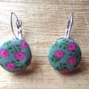 Virágos rét textil gomb fülbevaló, Ékszer, Fülbevaló, Könnyed, nyárias hangulatú zöld alapon rózsaszín virágos textilgombból készült franciakapc..., Meska