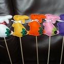 Filcből készült pálcikás nyuszik!, Dekoráció, Húsvéti díszek, Dísz, Ünnepi dekoráció, Varrás, Szeretettel köszöntelek!  Filcből készítettem bájos kis nyuszikat, melyeket szalaggal, gyönggyel és..., Meska