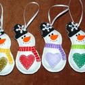 Hóemberek szivecskével, Dekoráció, Ünnepi dekoráció, Karácsonyi, adventi apróságok, Karácsonyfadísz, Varrás, Hímzés, Szeretettel köszöntelek!  Kedves karácsonyi szívecskés hóembereket készítettem dísznek, ajándékkísé..., Meska