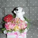 Pici macis virágbox felirattal, Szerelmeseknek, Dekoráció, Ünnepi dekoráció, Szeretettel köszöntelek!  Selyemrózsákból és plüssmaciból virágboxot készítettem! Ez az 1 db készült..., Meska