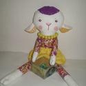 AKCIÓ-50%Gyömbér bárányka lány, Baba-mama-gyerek, Játék, Játékfigura, Plüssállat, rongyjáték, Egyedi, kézzel és géppel varrt bárány. Igazi hurcolhatós, játszó és alvótárs. Arca hímzett, a nyakáb..., Meska