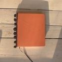 Pompom - barack színű bőr napló emlékkönyv 14x16 cm , Naptár, képeslap, album, Jegyzetfüzet, napló, Valódi bőr borítású notesz, rávarrt pompom díszítéssel, könyvjelzővel. Mintás előzékpapírral. A belí..., Meska