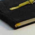 Jakab - notesz, napló, emlékkönyv - fekete velúr bőr 16x16 cm , Naptár, képeslap, album, Jegyzetfüzet, napló, Könyvkötés, Papírművészet, Valódi velúr bőr borítású notesz, csatos záródással, könyvjelzővel. A mintás előzékpapír különös ke..., Meska