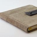 Olaf - notesz, napló, emlékkönyv - drapp velúr bőr 16x16 cm  - 338, Valódi velúr bőr borítású notesz, bőrgomb z...