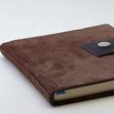 Bohumil - notesz, napló, emlékkönyv - barna velúr bőr 16x16 cm , Naptár, képeslap, album, Jegyzetfüzet, napló, Valódi velúr bőr borítású notesz, patent záródással, könyvjelzővel. A pöttyös előzékpapír különös ke..., Meska