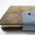 Gedeon - notesz, napló, emlékkönyv - barna velúr bőr 16x16 cm  - 361, Naptár, képeslap, album, Jegyzetfüzet, napló, Valódi velúr bőr borítású notesz, bőrgomb záródással, könyvjelzővel. A pöttyös előzékpapír különös k..., Meska