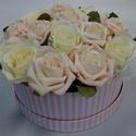 Rózsaszín-fehér rózsáas doboz, Dekoráció, Otthon, lakberendezés, Dísz, Asztaldísz, Virágkötés, Rózsaszín fehér csíkos kerek dobozban fehér és  halvány rózsaszín rózsák (selyem és habrózsák) vann..., Meska