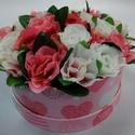 Rózsaszín szives rózsásdoboz, Dekoráció, Otthon, lakberendezés, Dísz, Asztaldísz, Virágkötés, Rózsaszín alapon szív mintás kerek dobozban fehér és élénk rózsaszín selyem rózsák vannak elhelyezv..., Meska