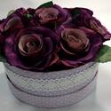 Lila pöttyös dobozban lila rózsásdoboz, Dekoráció, Otthon, lakberendezés, Dísz, Asztaldísz, Virágkötés, Lila fehér pöttyös kerek dobozban ibolyalila selyem rózsák vannak elhelyezve. A doboz körben fehér ..., Meska