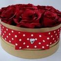 Bordó rózsásdoboz, Dekoráció, Otthon, lakberendezés, Dísz, Asztaldísz, Virágkötés, Natúr színű kerek dobozban bordó selyem rózsák vannak elhelyezve. A doboz körben piros alapon fehér..., Meska