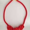 Piros zsinór nyaklánc, Ékszer, Nyaklánc, Piros színű zsinórból csomózással és készült divatos nyaklánc.  A lánc hossza: 51 cm + 5,..., Meska