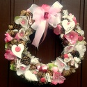 Rózsaszín virágos nyári kopogtató (28 cm), Dekoráció, Otthon, lakberendezés, Dísz, Ajtódísz, kopogtató, Virágkötés, Tartós és egyedi kopogtatót készítettem.  A szalmakoszorú alapot sötétzöld szaténnal tekertem be, m..., Meska