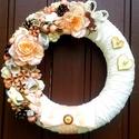 Vintage ajtókoszorú (27 cm), Dekoráció, Otthon, lakberendezés, Dísz, Ajtódísz, kopogtató, Virágkötés, A szalmakoszorú alapot egy nagyon szép vaj színű hímzett anyaggal tekertem be, majd a koszorú egyik..., Meska