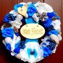 Kék  virágos kopogtató (21cm), Dekoráció, Otthon, lakberendezés, Dísz, Ajtódísz, kopogtató, Virágkötés, A szalmakoszorú alapot fehér textillel tekertem be, majd a közepére szatén szalagokra erősítettem a..., Meska