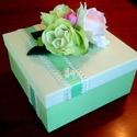 Ajándékdoboz virág díszítéssel , Dekoráció, Otthon, lakberendezés, Tárolóeszköz, Doboz, Egy 19 cm  x 19 cm x 9,5 cm méretű kartonból készült dobozt díszítettem selyem rózsákkal, levelekkel..., Meska