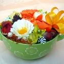 Virágok ás termések  kerámia tálban, Dekoráció, Otthon, lakberendezés, Dísz, Asztaldísz, Egy zöld mázas, füles kerámia tálba készítettem ezt a nyári díszt, mely gyönyörű ajándék is lehet. A..., Meska