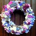 Lila virágos kopogtató (22 cm), Dekoráció, Otthon, lakberendezés, Dísz, Ajtódísz, kopogtató, Virágkötés, A szalmakoszorú alapot lila hálós szalaggal vontam be, erre került a díszítés: textil virágok, term..., Meska