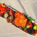 Őszi asztaldísz  kerámia tálon (35 cm x 8,5 cm), Dekoráció, Otthon, lakberendezés, Dísz, Asztaldísz, Virágkötés, Egy hosszúkás kerámia tálat használtam alapnak a dísz elkészítéséhez. A tálat az ősz színeiben pomp..., Meska
