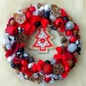 Fenyőfás ünnepváró ajtódísz (24 cm), Dekoráció, Ünnepi dekoráció, Karácsonyi, adventi apróságok, Karácsonyi dekoráció, Virágkötés, A koszorú különlegességét a közepére függesztett fa fenyőfácska adja.  A szalmakoszorú alapot fehér..., Meska