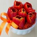 Tulipáncsokor tavaszi asztaldísz kaspóban KÉSZTERMÉK, Dekoráció, Otthon, lakberendezés, Dísz, Asztaldísz, Tavaszi asztaldíszt készítettem élethű tulipánokból. Örök dísz.  A kerámia kaspót styroporral bélelt..., Meska