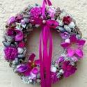 Lila kopogtató (22 cm) , Dekoráció, Otthon, lakberendezés, Dísz, Ajtódísz, kopogtató, A szalmakoszorú alapot lila textillel tekertem be, majd gazdagon díszítettem apró festett tobozokkal..., Meska
