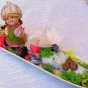 """""""Tavasztündér"""" virágtál  kerámia tálon  (34 cm x 8,5 cm) KÉSZTERMÉK  , Dekoráció, Otthon, lakberendezés, Dísz, Asztaldísz, Egy hosszúkás porcelán tálra készítettem el ezt a díszt kerámia kislánnyal, termésekkel, v..., Meska"""