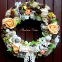 Barack  őszi kopogtató (23 cm) KÉSZTERMÉK, Dekoráció, Dísz, Virágkötés, Őszi kopogtatót készítettem halvány barack és fehér virágokkal, termésekkel, pillangóval. A szalma ..., Meska