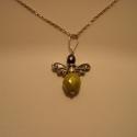 angyal medál, Ékszer, Medál, 925-ös finomságú ezüstből készült angyalka medál (lánc nélkül!), fűzöld üveggyöngy sz..., Meska