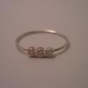 háromköves ezüst gyűrű, Ékszer, Esküvő, Gyűrű, Esküvői ékszer, 925-ös finomságú ezüstből készült gyűrű, a 0,9 mm vastagságú dróton 3 db 2mm-es cirkónia került befo..., Meska