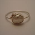 ezüst édesvizi gyöngy gyűrű, Ékszer, Gyűrű, 925-ös finomságú ezüstből készült 0,9 mm vastag drótgyűrűre egy kb. 7,5x6,5mm-es édesvíz..., Meska