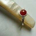 ezüst karneol gyűrű, Ékszer, Gyűrű, 925-ös finomságú ezüstből készült, az 1,5mm szélességű kalapált felületű gyűrűn egy 7mm-es karneol  ..., Meska
