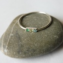 smaragdos ezüst gyűrű, Ékszer, Gyűrű, 925-ös finomságú ezüstből készült gyűrűbe 3db 1,7mm-es követ foglaltam. egy szép sötétzöld smaragdot..., Meska