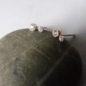 két köves ezüst fülbevaló, Ékszer, Esküvő, Fülbevaló, Esküvői ékszer, 925-ös finomságú ezüstből készült fülbevaló 2mm-es és 3mm-es cirkónia kövekkel. Nagysága: 6mm ..., Meska