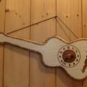 A gitár - égetett,fa falióra, Baba-mama-gyerek, Magyar motívumokkal, Otthon, lakberendezés, Férfiaknak, Famegmunkálás, Mérete: 43cmX17cm(a legszélesebb pontjain)  Megrendelésre készült.Gitár alakú,különleges,kézzel ége..., Meska