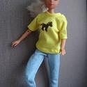 Barbie babaruha matricás pólóval, Baba-mama-gyerek, Baba-mama kellék, Barbie babaruha, mintás, matricával díszített felső farmer nadrággal. A szabadidő eltöltéséhez ideál..., Meska