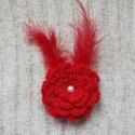 Piros tollas virág kitűző, Ez a horgolt virág kitűző, talpig pirosban pomp...