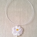 Fehér hímzett virág /nyaklánc/, Ezt az aranyos kis kalocsai virágot fehér kordon...